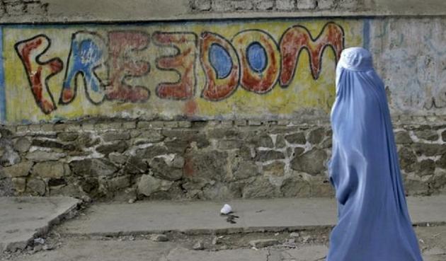 L'Afghanistan pacificato e il possibile ritorno dei Talebani che gela il sangue alle donne