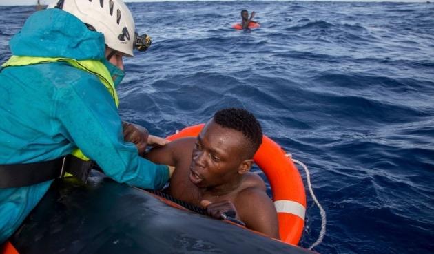 Libici contro Ong: la battaglia navale mentre 50 migranti muoiono in mare